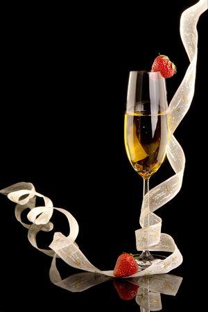 dwarsfluit: New Year champagne met kerst linten en aardbeien Stockfoto