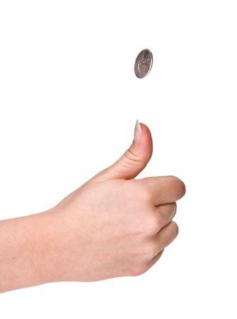 Handen van een vrouw flipping een muntstuk
