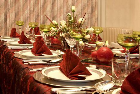 cena navide�a: Mesa de la cena de Navidad con flores de color rojo y servilletas