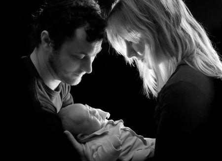 tenderly: Loving couple holding teneramente loro bambino appena nato