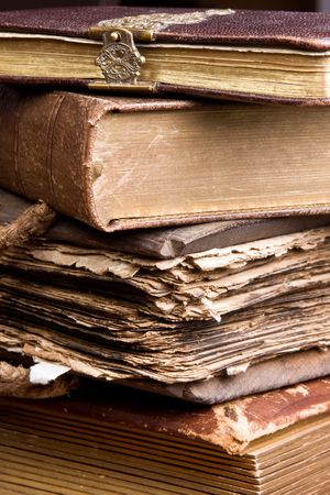pile of books: Diversi antichi libri impilati, uno dei quali pi� di 300 anni