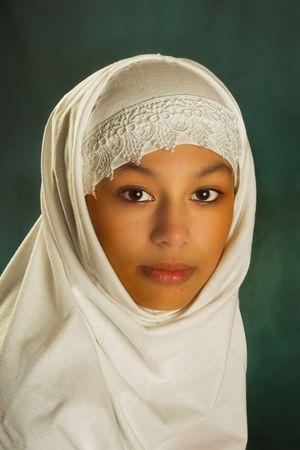 diversidad cultural: Joven mujer marroqu� en un velo blanco