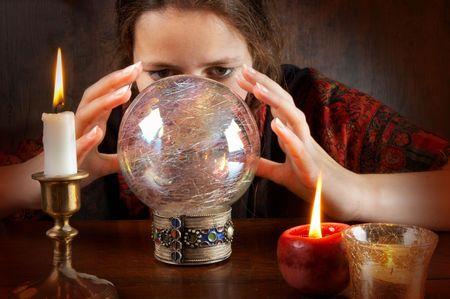 psiquico: J�venes fortuna escrutador en un pa�uelo rojo que trabajan con su bola de cristal Foto de archivo