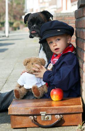 vintage teddy bears: Little Boy on the road con il suo cane e Teddy Bear Archivio Fotografico