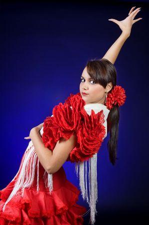 danseuse flamenco: Jeune danseur espagnol de flamenco dans un audacieux pose en diagonale