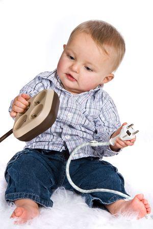 Curioso niño jugando con los enchufes y los puntos de venta Foto de archivo - 3858227