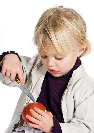 cuchillo de cocina: Ni�a jugando un juego peligroso con un cuchillo de cocina Foto de archivo