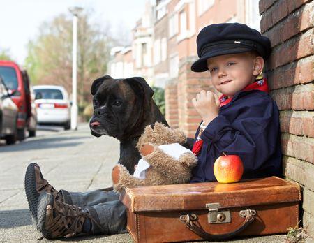 vintage teddy bears: Bambino e il suo cane sulla strada Archivio Fotografico