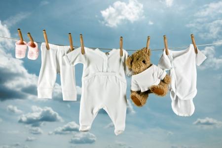 pijama: Lindo oso de peluche colgando entre el beb� fuera de lavander�a