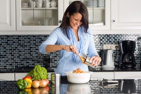 processed food: Giovane casalinga preparare la cena su un possibile
