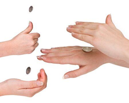 m�nzenwerfen: H�nde einer Frau in den drei fases der Spiegelung einer M�nze