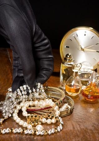 delito: Manos de un ladr�n con las manos sobre los diamantes Foto de archivo