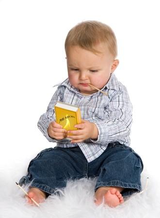 lucifers: Jonge baby spelen een gevaarlijk spel met lucifers