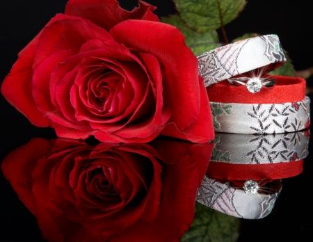 coeur: Diamanten ring in een vak en een rode roos, klaar voor valentijns van dag