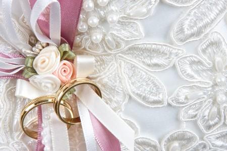 wedding bands: Bandas de boda sobre un coj�n, con un amplio espacio de texto