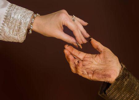 limosna: Rica mano dando limosna a mendigo
