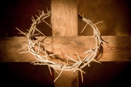 crown of thorns: Corona de espinas colgando de una cruz de madera en Pascua