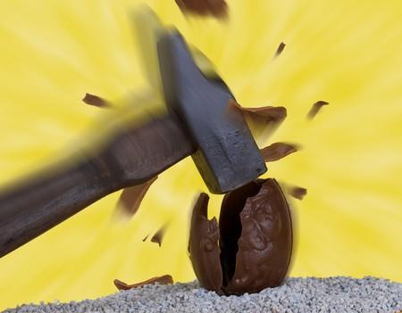 Grote hamer vast lopen van een bruine chocolade Pasen ei