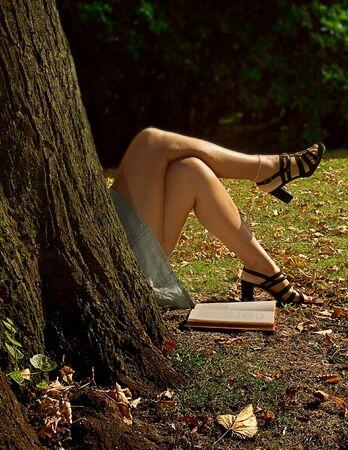 sandal tree: Mujer tumbada detr�s de un bloque try, leer un libro, espera para algunos uno Foto de archivo