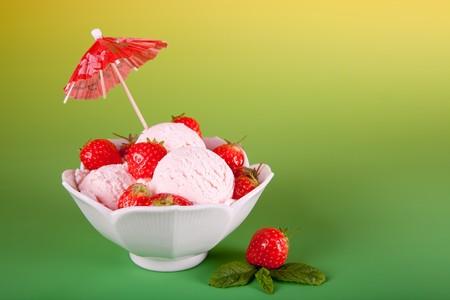 ice cream sundae: Ice cream sundae with strawberries and parasol