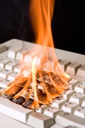 destroyed: Nahaufnahme von einem alten Computer-Tastatur in Brand
