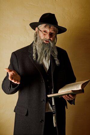 yiddish: Old ebraica uomo con la barba grigia in possesso di un libro Archivio Fotografico
