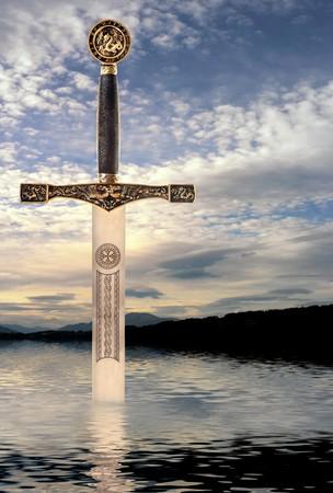 スコットランドの湖の水から上昇している中世の剣 写真素材