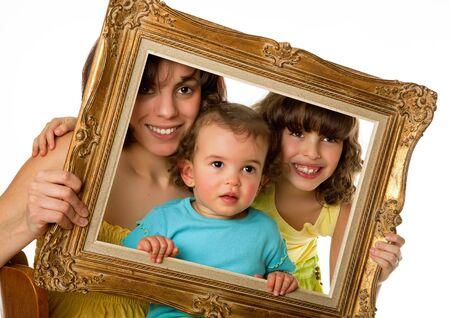 madre soltera: Madre soltera con 2 hijas de un viejo marco de la celebraci�n de Foto de archivo