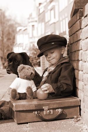 ni�os abandonados: Vintage foto de un ni�o y su perro Foto de archivo