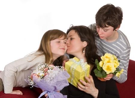 mama e hija: Madre besando a su hija en el D�a de la Madre
