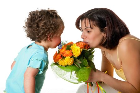 dzień matki: Toddler dziewczyna podając jej mama kwiaty na Dzień Matki Zdjęcie Seryjne