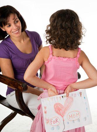 dzień matki: Little girl dając jej matka rysunek na Dzień Matki
