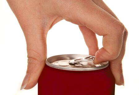 lata de refresco: La mano de una mujer puede abrir un refresco