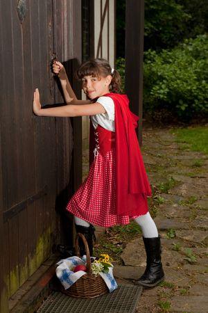 Caperucita Roja entrar en la casa de su abuela Foto de archivo - 4826077