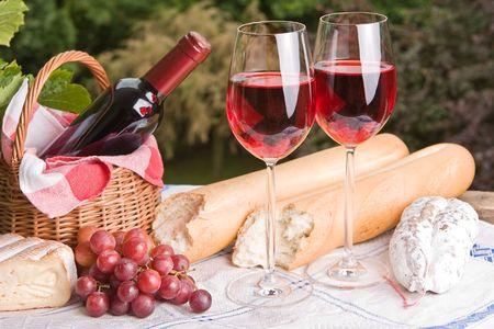 canasta de pan: Ambiente rom�ntico con vino y queso para dos Foto de archivo