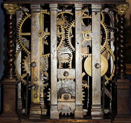 horloge ancienne: Voir l'int�rieur d'une grande horloge ancienne