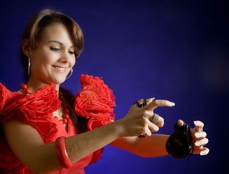 danseuse flamenco: Jeune danseuse de flamenco souriant jouer les castagnettes