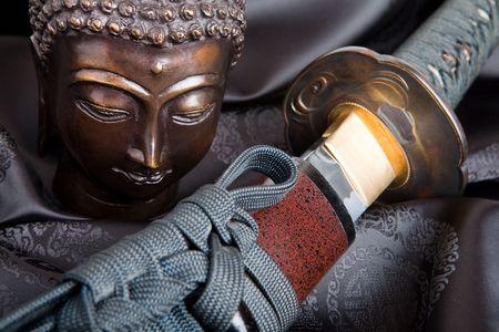 samourai: La guerre et la paix symbolis�e par un bouddha et d'une �p�e de samoura� japonais Banque d'images