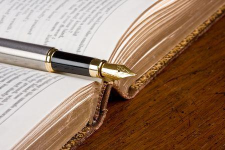 Libro de poesía antigua y una pluma estilográfica Foto de archivo