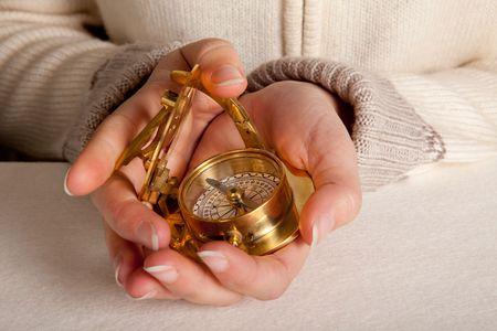 antique woman: Mujer con las manos una antigua br�jula dorada