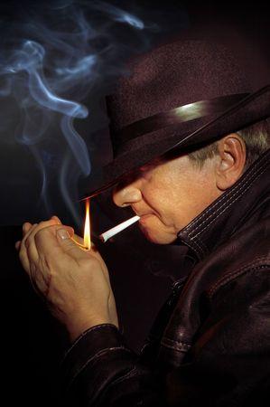 anleihe: Hitman warten im Dunkeln, hellte sich sein Gesicht mit einem Streichholz