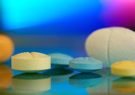 drogadiccion: Tabletas y p�ldoras de vitamina en distintas formas y colores  Foto de archivo