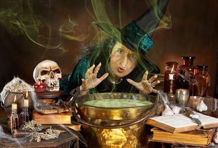 mujer fea: Ugly vieja bruja de Halloween lanzar un hechizo sobre su caldero