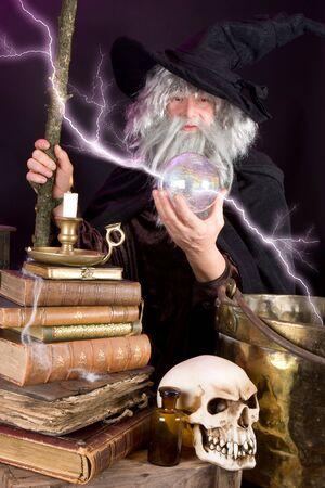 merlin: Halloween asistente busca en su esfera de vidrio Foto de archivo