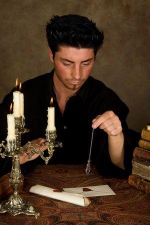 pr�voyance: Diseuse de bonne aventure la tenue d'une pendule aboven lettres vintage