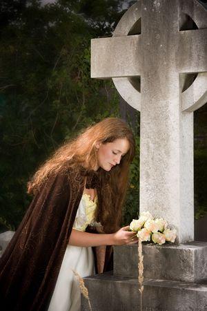 memorial cross: Escena victoriana de una mujer de luto en una l�pida