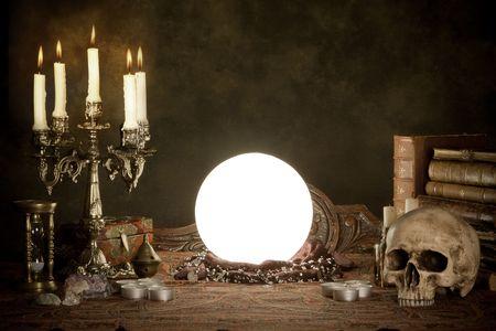 ocultismo: Escena de Halloween de una bola de cristal, cr�neo y velas