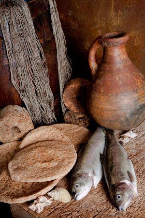 Vintage stilleven van verse vis met een brood van brood en een antieke wijn pot