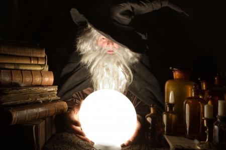 merlin: Fortune Teller mirando hacia el futuro en Halloween