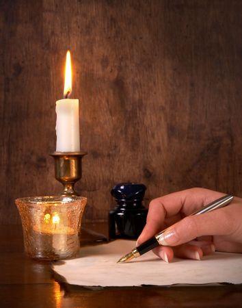 pluma de escribir antigua: Escribir sobre pergamino con una pluma de oro de mano Foto de archivo